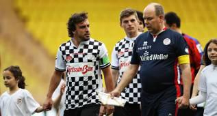 Alonso, estrella del partido de pilotos con este golazo de falta