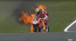 Llamaradas en la Ducati de Davies en Donington Park