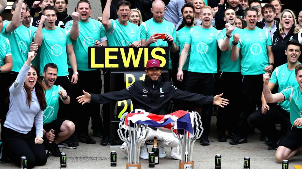 Lewis Hamilton y su equipo celebran la victoria en Canadá.