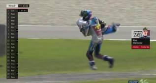 Álex Márquez se cae... y lleva en brazos parte de su Kalex