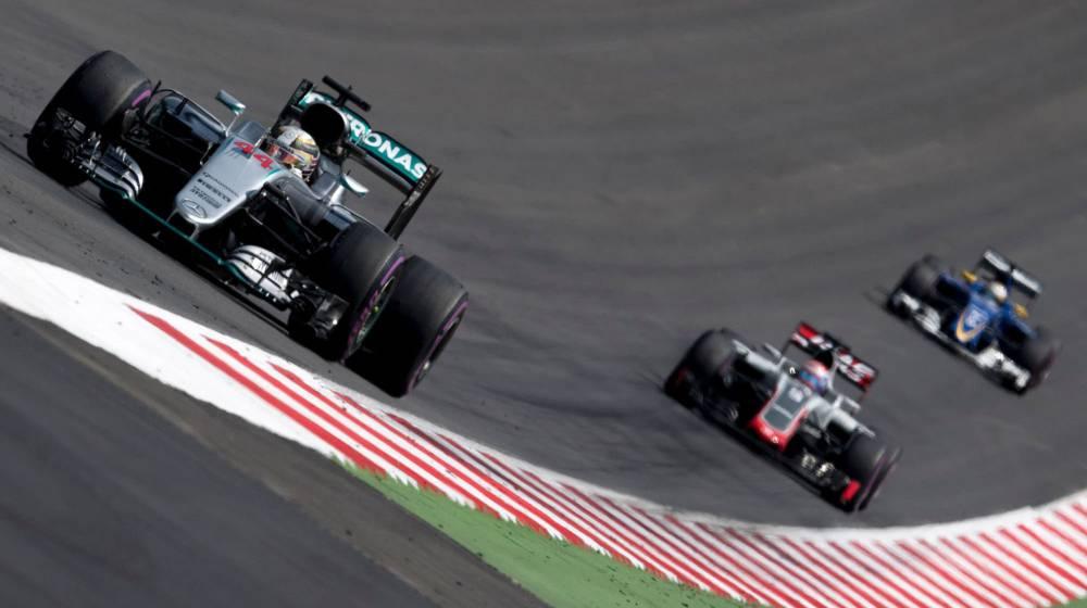 Pole de Hamilton tras la lluvia y desastre de Alonso y Sainz
