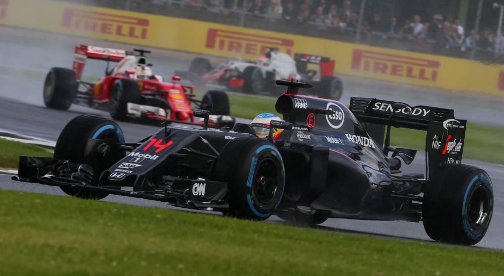 Fernando Alonso peleó en Silverstone con el coche tocado
