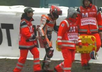 Dura caída de Márquez bajo la lluvia en el warm up