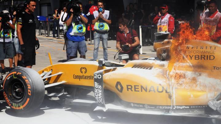Cerca del drama en Sepang: el Renault de Magnussen en llamas