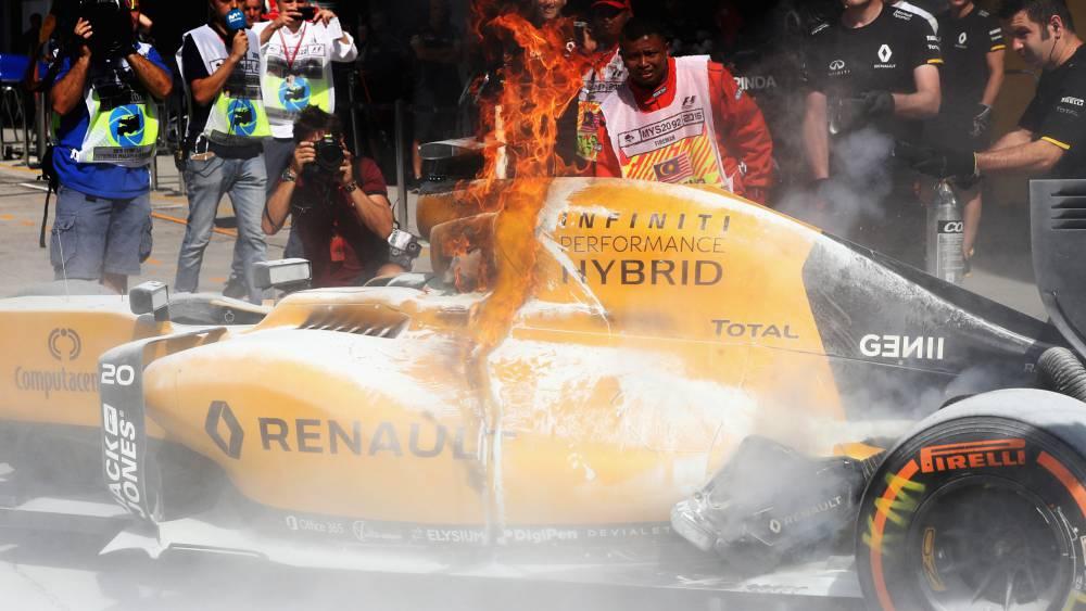 Cerca del drama en Sepang: el Renault de Magnussen en llamas.