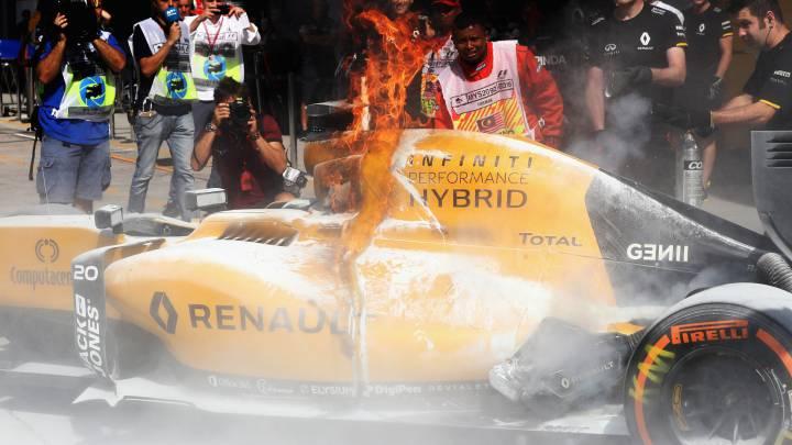 El Renault en llamas en Sepang y Magnussen escapa por los pelos