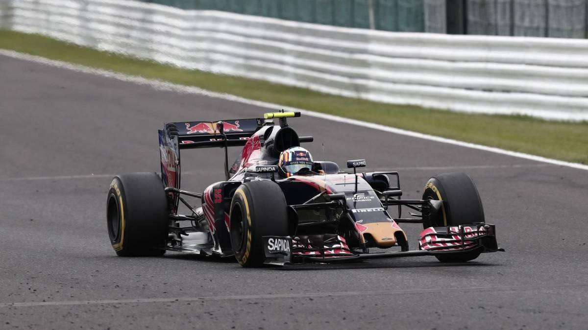 """Sainz: """"Ha sido un desastre, atascado entre los McLaren"""""""