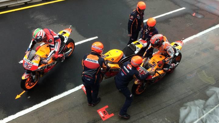 Los mecánicos de Márquez estrenan casco en el pit lane.