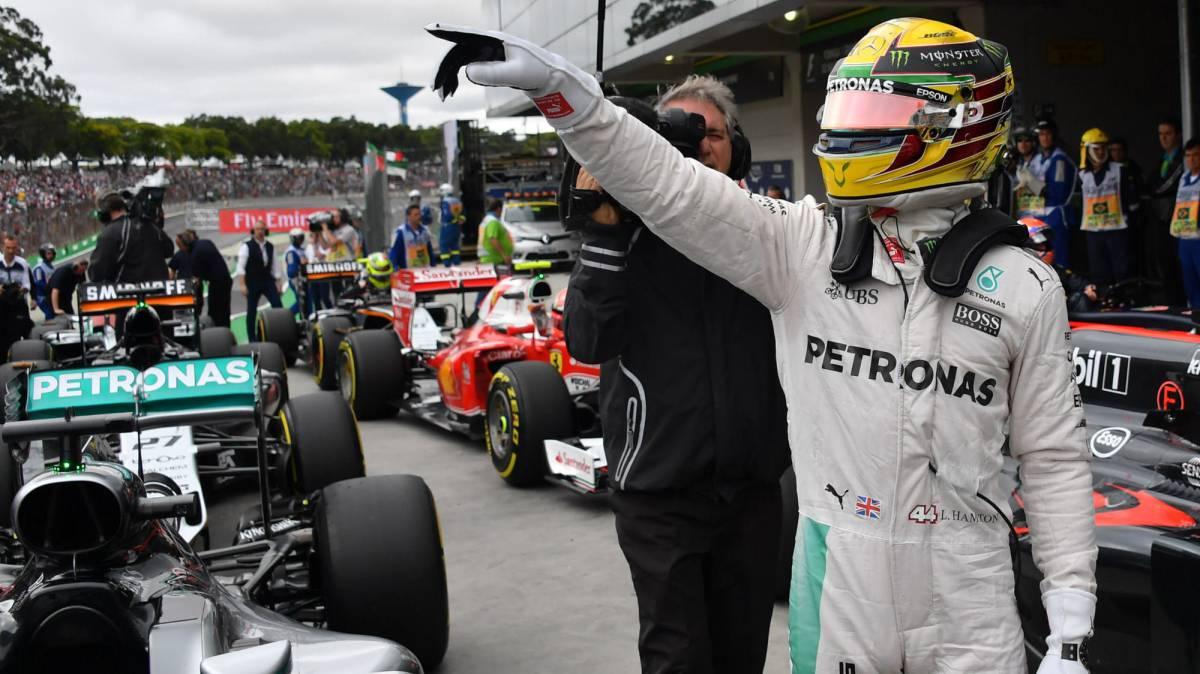Lewis Hamilton celebrando su pole en Brasil.