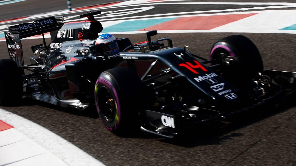 Fernando Alonso con el McLaren en Abu Dhabi.