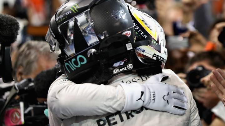 Rosberg y Hamilton se abrazan tras la carrera del GP de Abu Dhabi 2016.