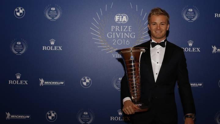 Nico Rosberg posa con su título de campeón después de la gala de la FIA en Viena.