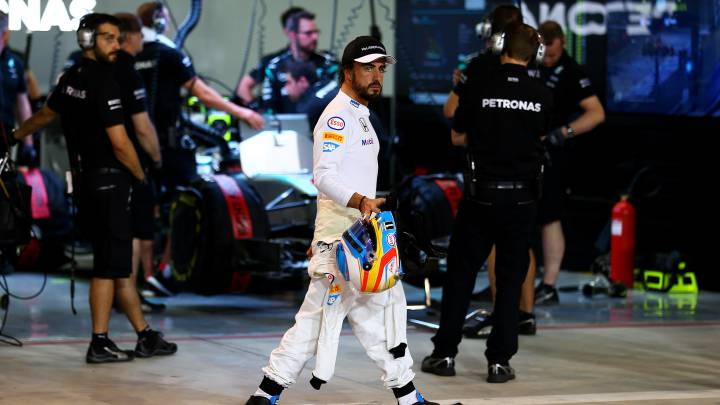 Alonso pasa por delante del box de Mercedes.
