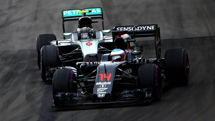 Fernando Alonso con el McLaren por delante de Nico Rosberg con el Mercedes.