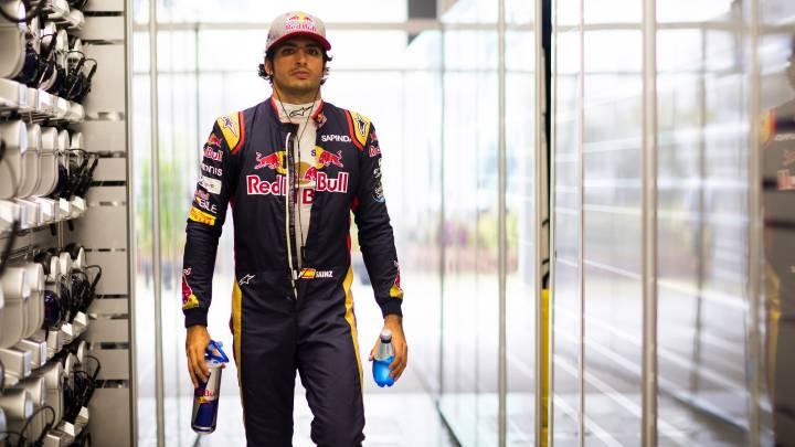 Carlos Sainz en el box de Toro Rosso.