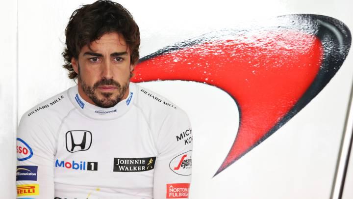 Fernando Alonso en el box de McLaren.