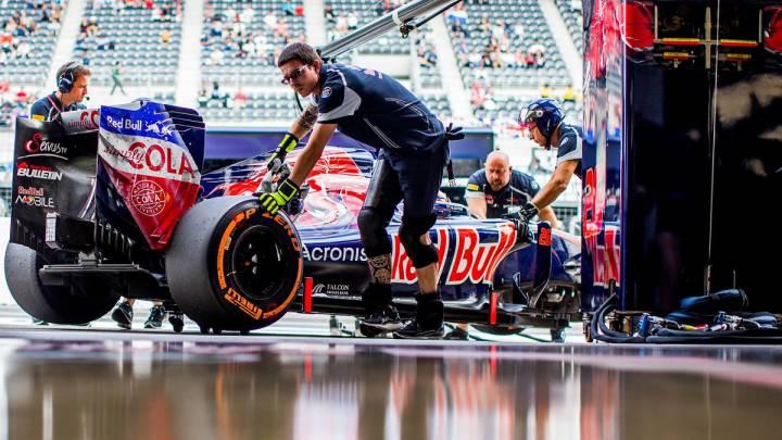 Mecánicos de Toro Rosso trabajando en el box del equipo.