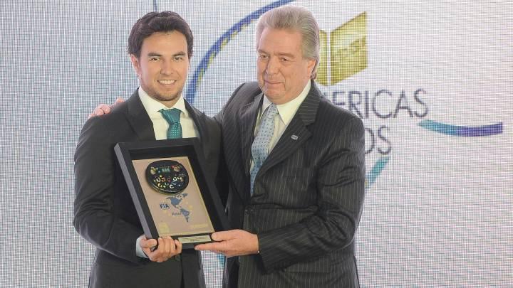 Sergio Pérez recibiendo el premio de la FIA al Mejor Piloto de América.