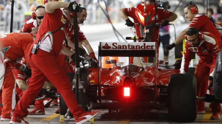 Los mecánicos de Ferrari trabajan en el pit lane con el coche de Raikkonen durante el GP de Abu Dhabi.