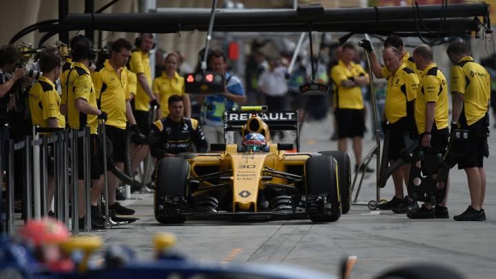 Jolyon Palmer saliendo de boxes bajo la mirada de los mecánicos de Renault.