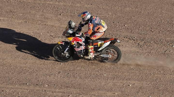 El piloto britanico Sam Sunderland conduce su KTM durante la décima etapa del Dakar entre Chilecito y San Juan en Argentina.