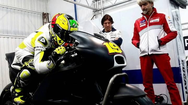Álvaro Bautista subido a la Ducati del equipo Aspar en presencia de Gigi Dall\'Igna.