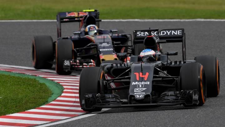 Fernando Alonso con el McLaren delante de Carlos Sainz y su Toro Rosso.