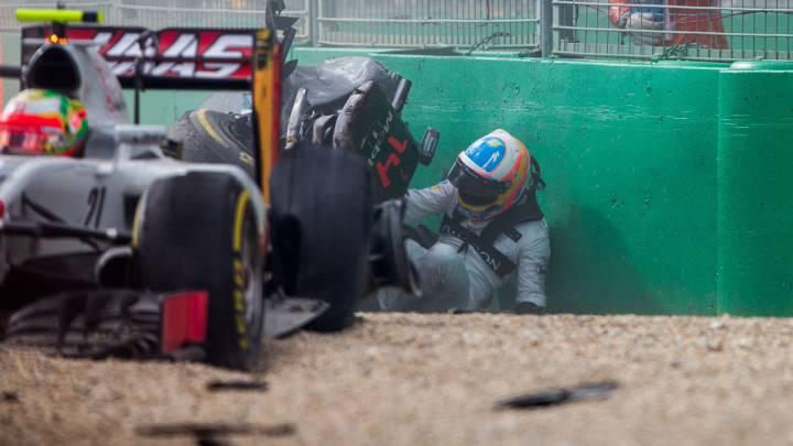 Fernando Alonso saliendo del McLaren tras su accidente en Australia.