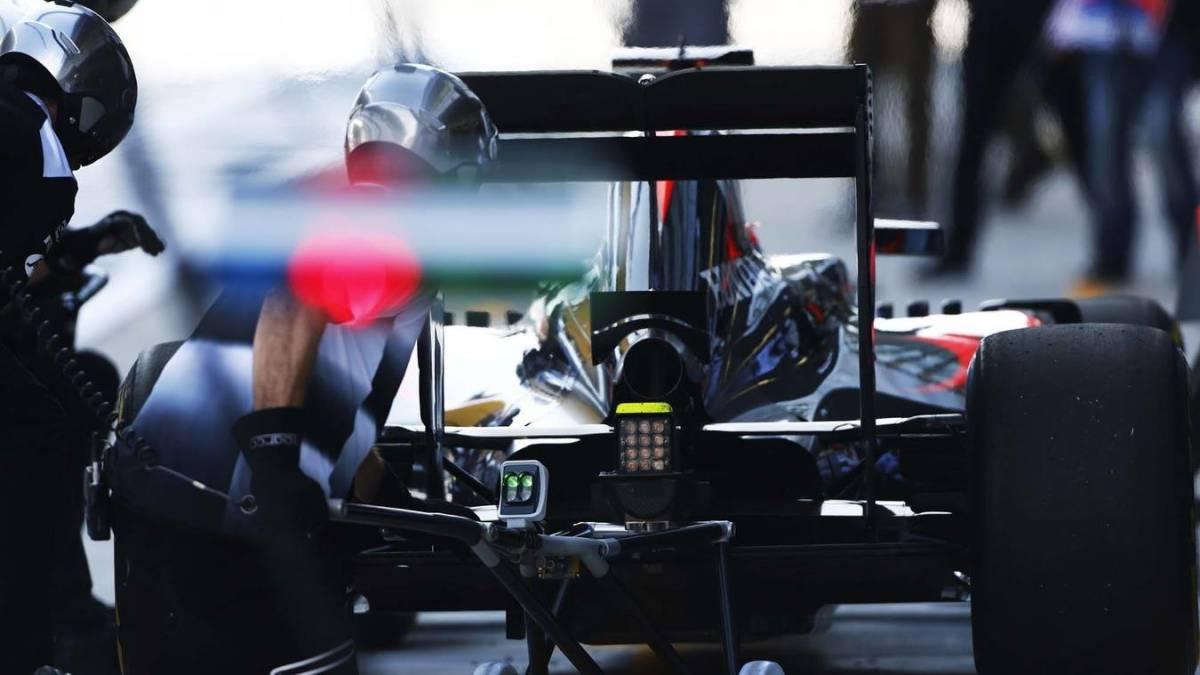 Un monoplaza de McLaren Honda haciendo un pit stop.