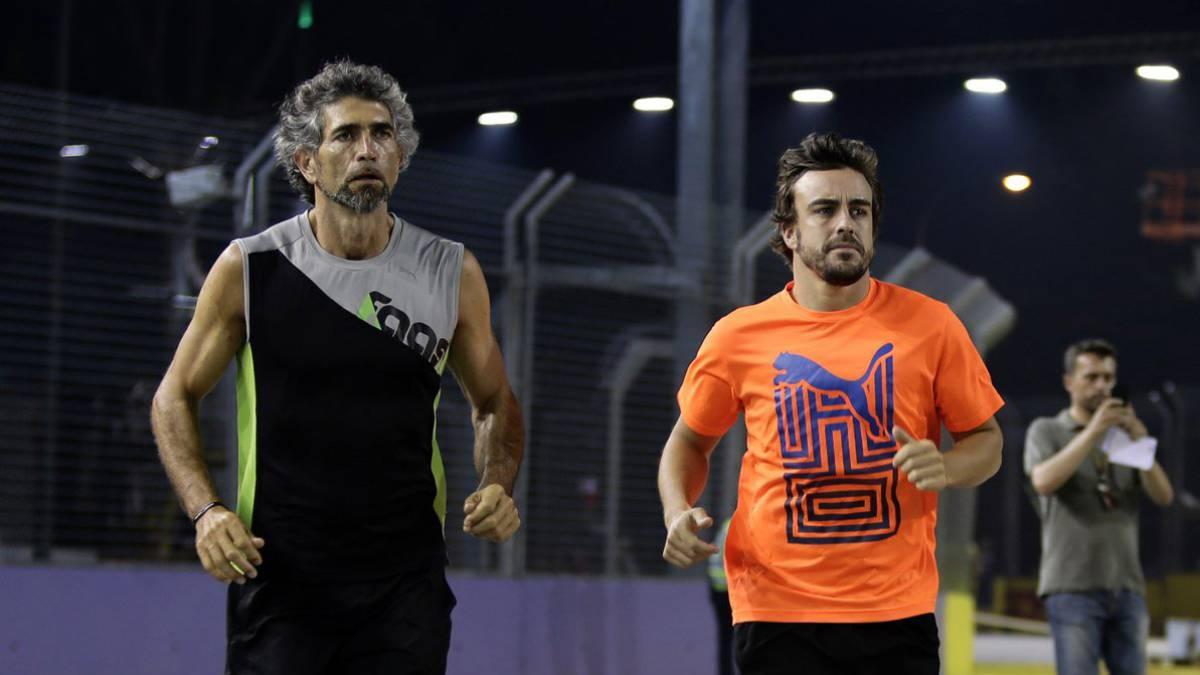 Fernando Alonso junto a su preparador Edoardo Bendinelli.