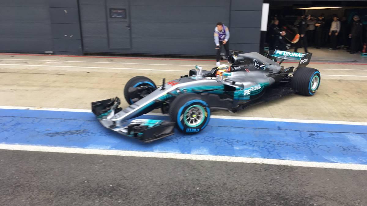 Lewis Hamilton saliendo de boxes con el Mercedes W08 en Silverstone.