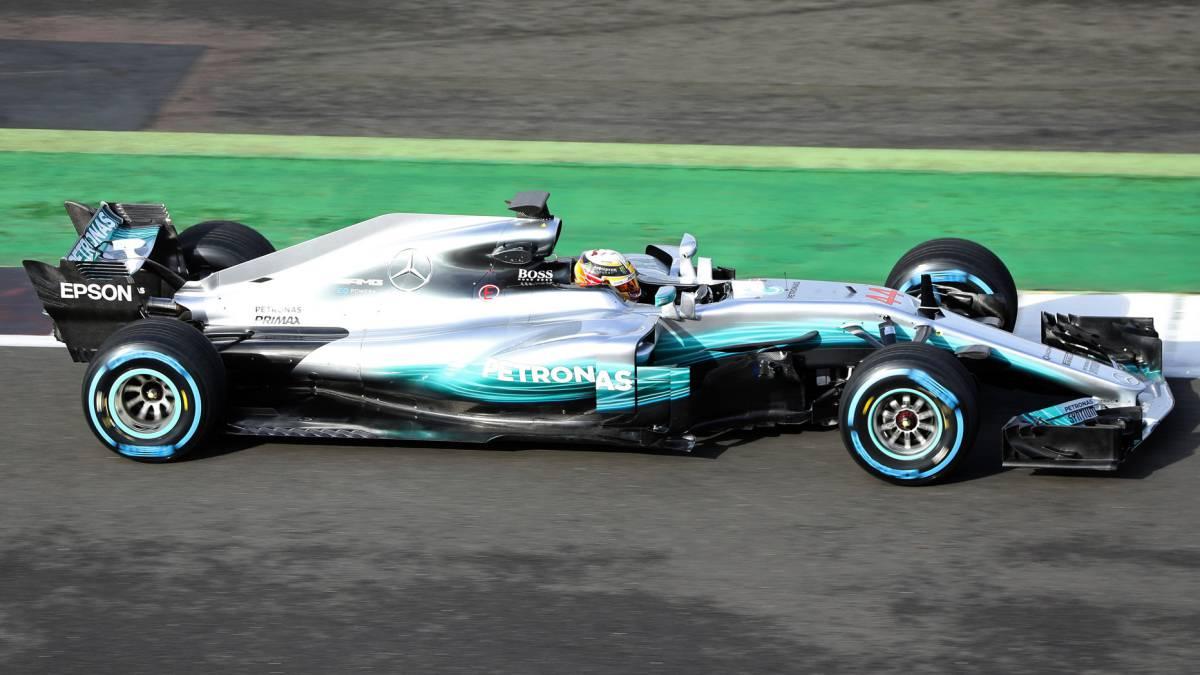 Lewis Hamilton con el Mercedes en Silverstone.