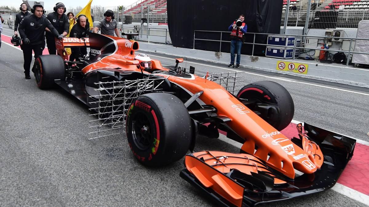 El McLaren de Vandoorne siendo empujado por los mecánicos en el pit lane.