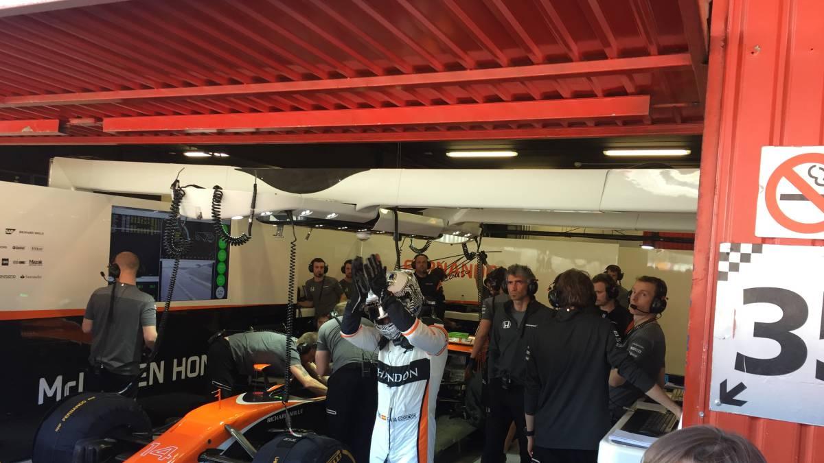 Fernando Alonso a la salida del hospitality de McLaren Honda.
