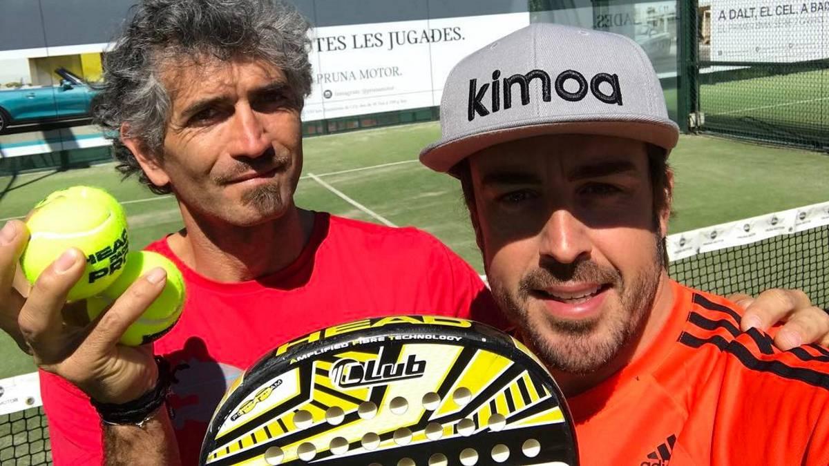 Fernando Alonso junto a su fisio jugando al padel.
