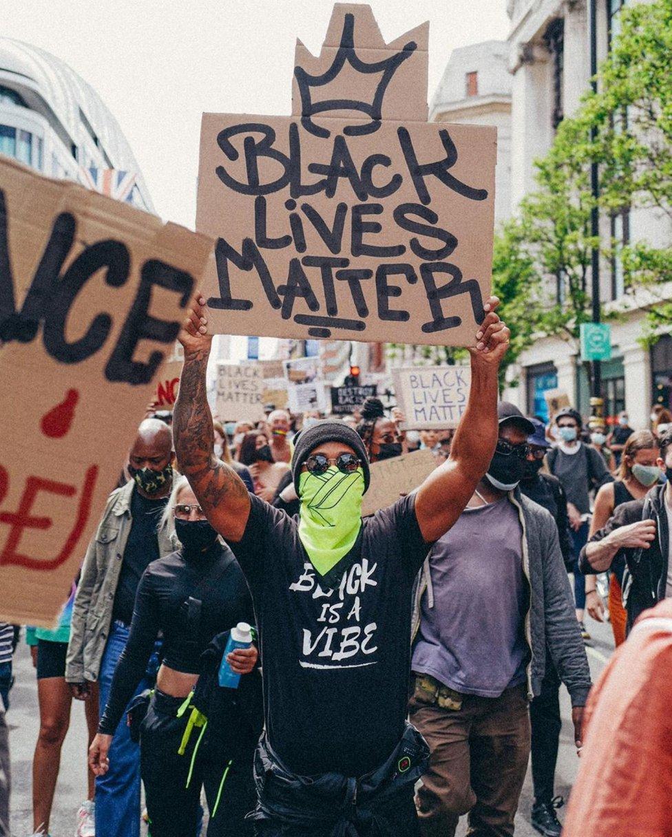 """El piloto inglés, muy comprometido, participó este fin de semana en la manifestación de Hyde Park de Londres contra el racismo en el marco del movimiento 'Black Lives Matter""""."""