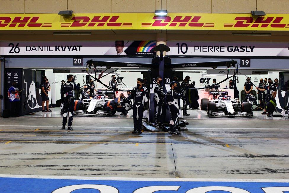 El garaje de la Scuderia AlphaTauri antes del Gran Premio de F1 de Sakhir en el Circuito Internacional de Bahrein