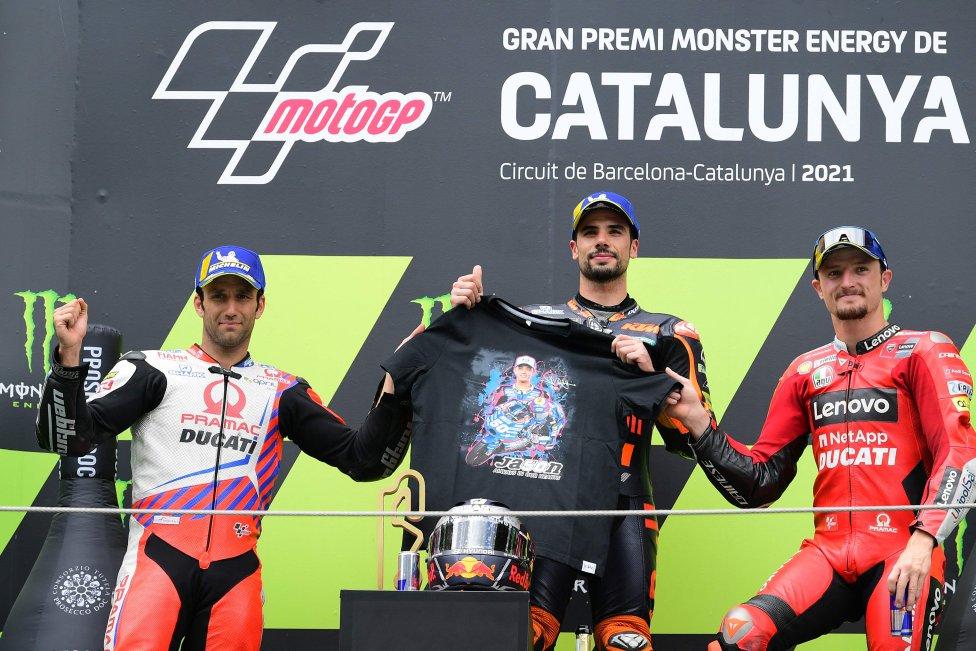 El piloto portugués de KTM Miguel Oliveira celebra en el podio con el piloto francés de Ducati-Pramac Johann Zarco y el piloto australiano de Ducati Jack Miller después de la carrera de MotoGP del GP de Cataluña