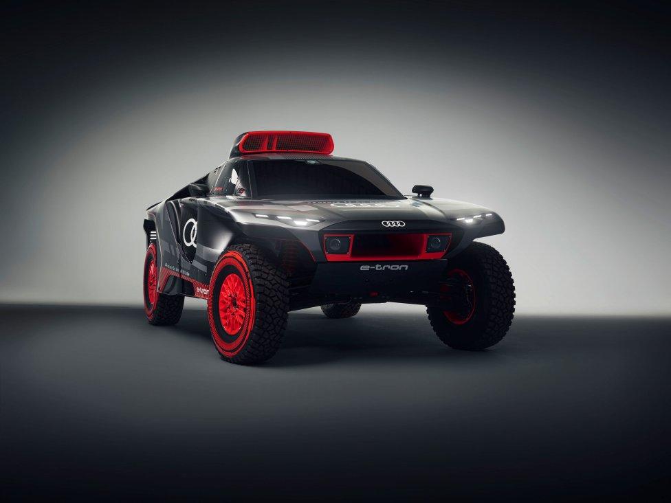 Así es el novedoso y vanguardista coche de Carlos Sainz para el Rally Dakar 2022. El madrileño, que compartirá la experiencia con Peterhansel y Ekstrom, cuenta con un potente todoterreno de cuatro motores con potencia máxima de 500 kW (670 CV).