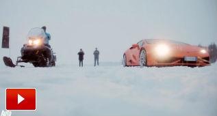 Lamborghini Huracán contra moto de nieve, ¿apuestas?