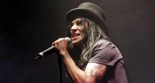 Mario Vaquerizo se cae del escenario en vivo en Gandía