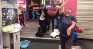 Un japonés se desata con el Dance Evolution Arcade