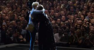Adele ayuda a una chica a pedir matrimonio a su novio en directo