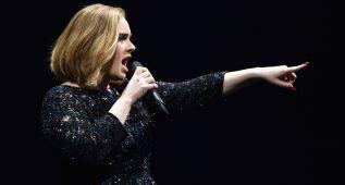Adele para un concierto al ver una pedida de matrimonio