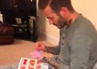 David Beckham derrite las redes cosiendo vestidos de muñecas