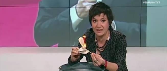 Una colaboradora de TV3 quema la Constitución en directo