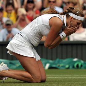 Kvitova gana Wimbledon tras derrotar a Sharapova