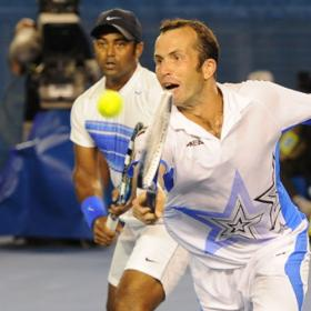 Paes y Stepanek sorprenden a los hermanos Bryan