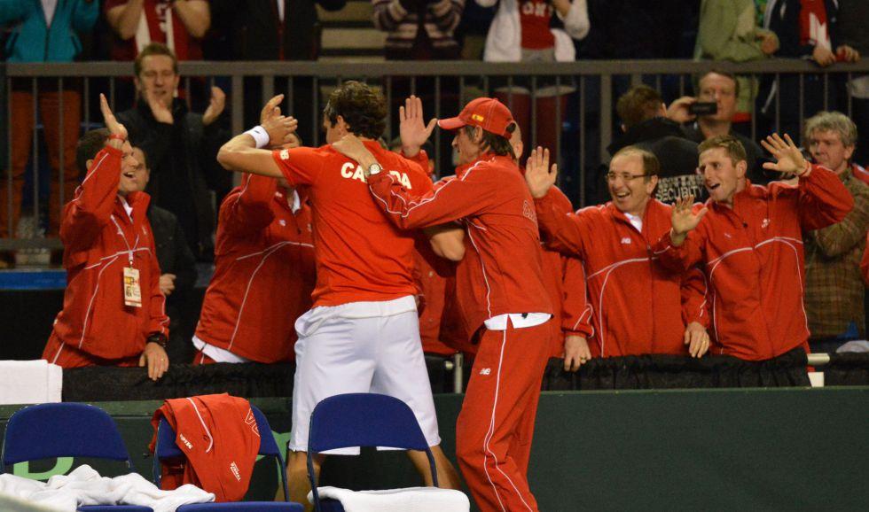 Milos Raonic y Frank Dancevic dejan a España al borde del K.O.