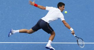 Djokovic prosigue su show y Tsonga despide a Carreño